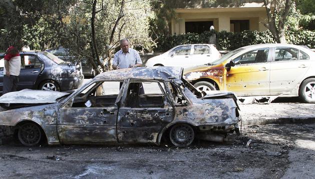 Un coche calcinado por un supuesto ataque químico de las fuerzas del régimen de Bachar al Asad en el barrio de Sharqi al-Tijarra, en Damasco,
