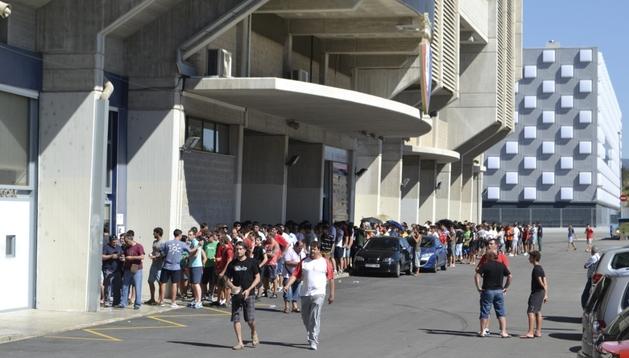 Aspecto que presentaba el exterior de el estadio El Sadar nada más abrirse la taquilla