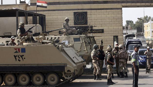 Soldados del Ejército egipcio montan guardia frente a la cárcel Torah, donde se encuentra el expresidente Hosni Mubarak