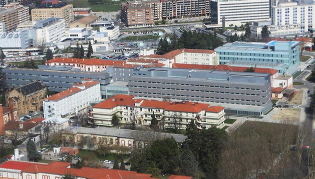 Imagen del Coplejo Hospitalario con el Hospital de Navarra en primer término y Virgen del Camino al fondo a la izquierda