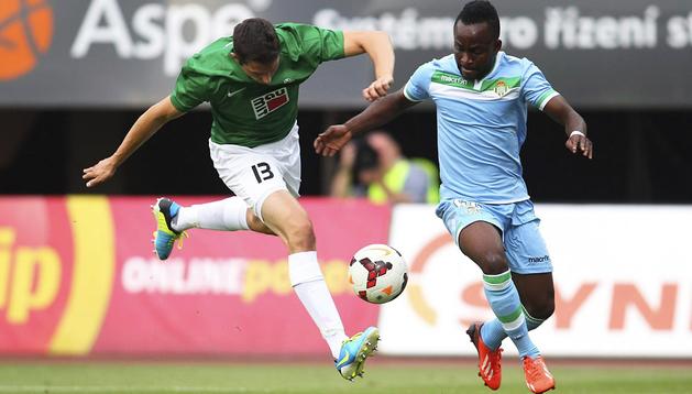 El jugador congoleño del Real Betis, Cedrik Mabwati (dcha.), lucha por el control del balón ante Pavel Elias (izda.), del Jablonec