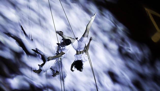 Momento del espectáculo de danza aérea.