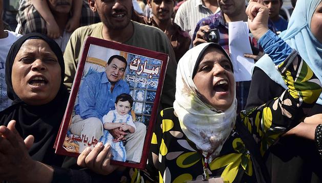 Seguidores de Hosni Mubarak corean el nombre del expresidente egipcio en el exterior de la prisión de Torah