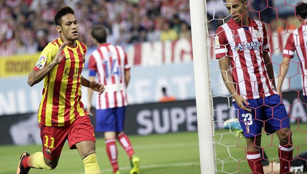 Neymar Jr. celebra el tanto del empate ante la desolación del defensa colchonero Miranda