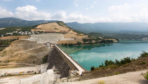 Obras del recrecimiento de la presa de Yesa.