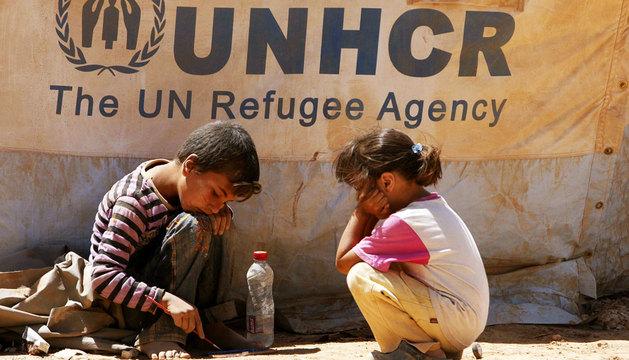 Dos niños sirios juegan en el campo de refugiados de Zaatari en Mafraq (Jordania).