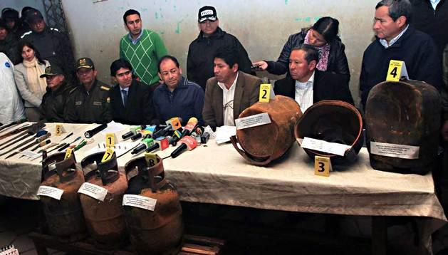 El ministro de Gobierno, Carlos Romero (4d), durante una rueda de prensa este viernes, en la cárcel boliviana de Palmasola, en el oriente del país.