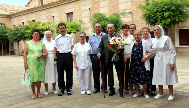 Luis Aliaga -en el centro con un ramo de flores- junto a familiares, autoridades y religiosas de la residencia.