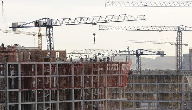 Grúas trabajando en la construcción de viviendas en Lezkairu, Pamplona