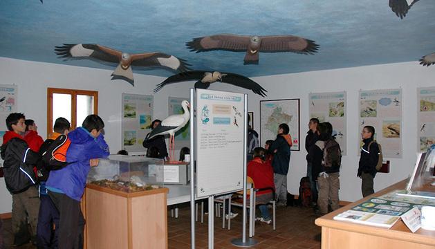 Escolares durante una visita al Centro de Migración de Aves.