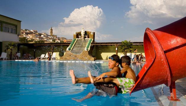 Dos niños disfrutan del verano en la piscina del Camping El Molino de Mendigorría.