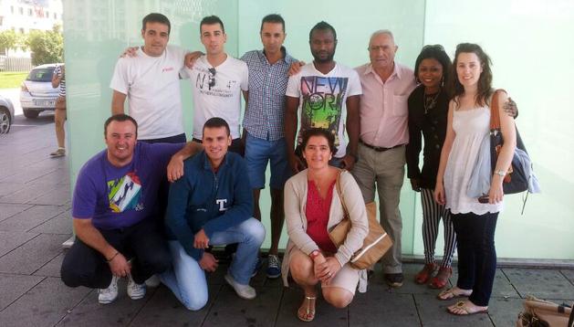 Moi, a su llegada a Pamplona junto a su entrenador Jandro Gastaminza y varios compañeros de equipo, entre otros
