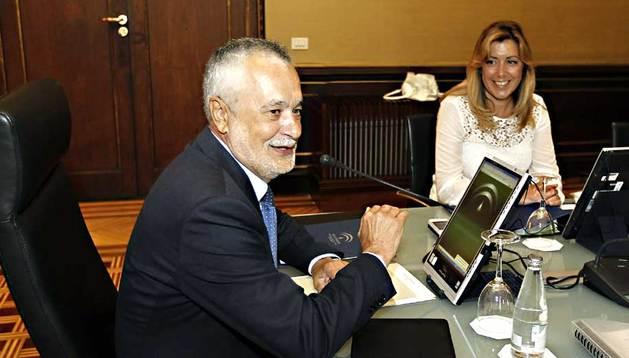 El recién dimitido presidente andaluz, José Antonio Griñán, al inicio de la primera reunión tras las vacaciones de verano del Consejo de Gobierno de la Junta de Andalucía.