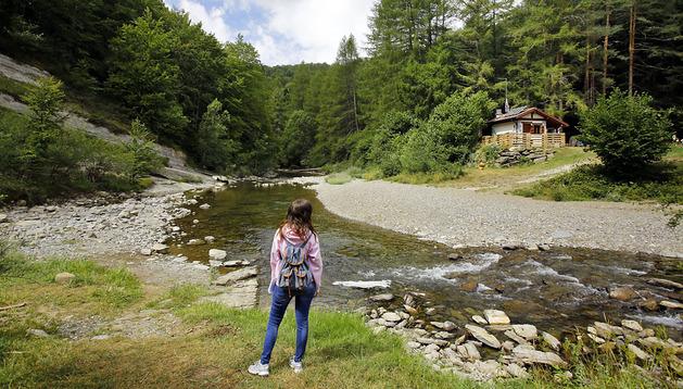 El punto de información de las Casas de Irati, situado junto al río Urbeltza, pone a disposición de los visitantes toda la información sobre las 16 rutas de senderismo