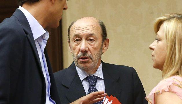 El secretario general del PSOE, Alfredo Pérez Rubalcaba (c); el secretario general del grupo parlamentario socialista, Eduardo Madina (i) y la vicesecretaria general del partido, Elena Valenciano (d).