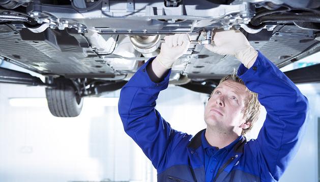 Un mecánico trabaja en la reparación de un vehículo