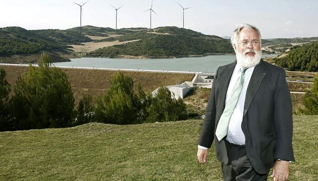 El ministro de Agricultura, Alimentación y Medio Ambiente, Miguel Arias Cañete, junto a la presa de Artajona.