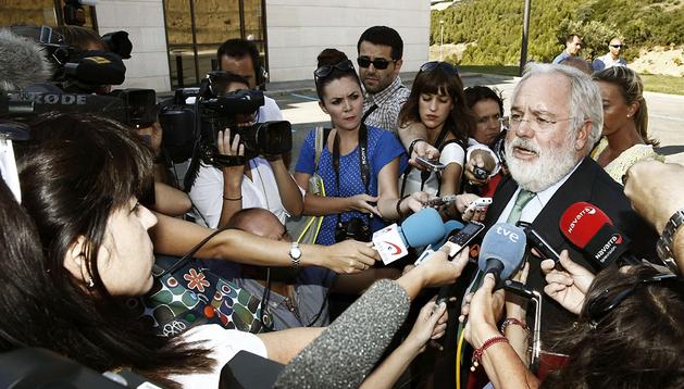 El ministro de Agricultura, Alimentación y Medio Ambiente, Miguel Arias Cañete, atiende a los medios en Artajona