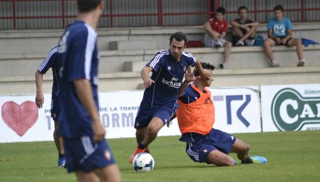 De las Cuevas se marcha de Maikel Mesa durante el entrenamiento de este miércoles. El centrocampista de Alicante podría llegar al partido de este sábado ante el Villarreal