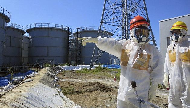 El ministro nipón de Economía  visitando la planta de Fukushima.