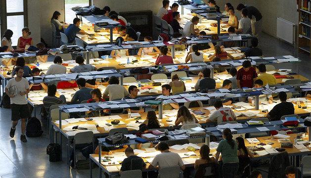 Alumnos de la UPNA, preparando sus exámenes en la biblioteca, en una imagen de archivo.