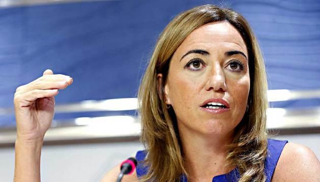 La exministra de Defensa Carme Chacón (PSC) atiende a los medios al inicio de su comparecencia pública este jueves, en el Congreso de los Diputados, para anunciar que deja su escaño.