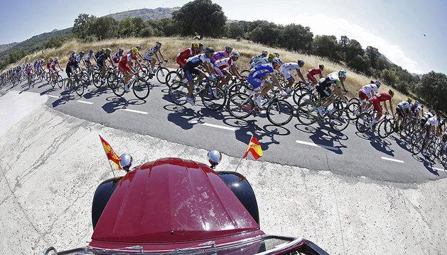 El pelotón pedalea el comienzo de la sexta etapa de la Vuelta Ciclista a España 2013.
