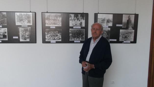 Domingo LLauró Campos en la sala de la casa de la cultura, junto a su fotografías antiguas.