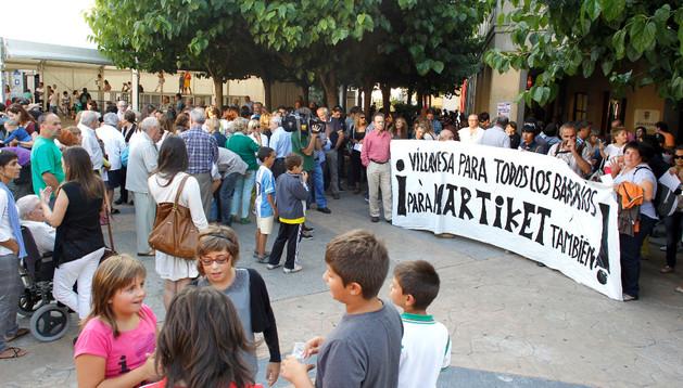 Protesta vecinal ayer por la tarde en las puertas del ayuntamiento.