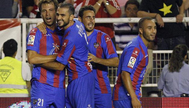 Andreas Ivanschitz (i), celebra su gol.