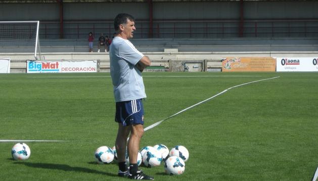 José Luis Mendilibar, entrenador de Osasuna, durante el entrenamiento de este domingo en Tajonar