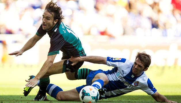 El centrocampista del RCD Espanyol Víctor Sánchez (dcha.) lucha un balón con el centrocampista del Real Betis Joan Verdú