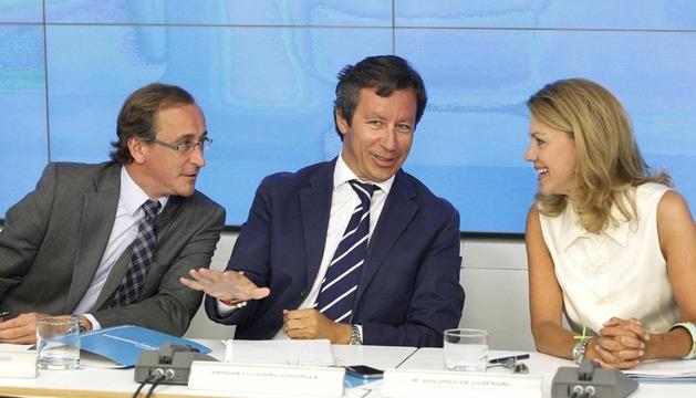 Dolores de Cospedal y los vicesecretarios Carlos Floriano y Alfonso Alonso (d-i) conversan al inicio del Comité Ejecutivo Nacional del PP