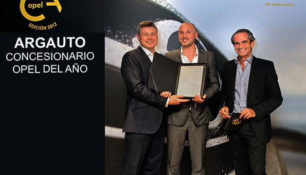 Enrico De Lorenzi y Jonathan Akeroyd haciendo entrega del más prestigioso premio a Ricardo Gracia, gerente de Argauto SA.