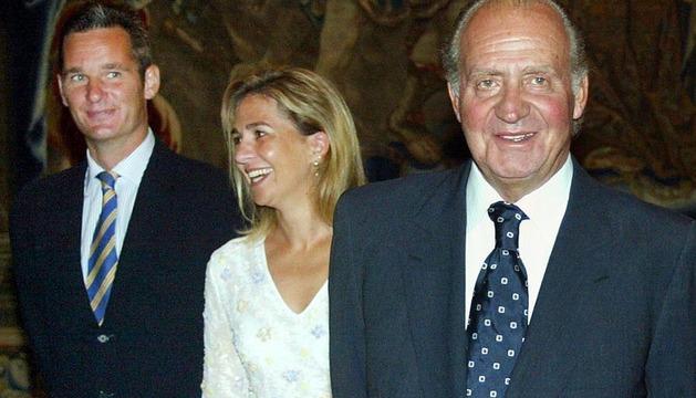 El Rey Juan Carlos, junto a la infanta Cristina y Iñaki Urdangarín, en 2004