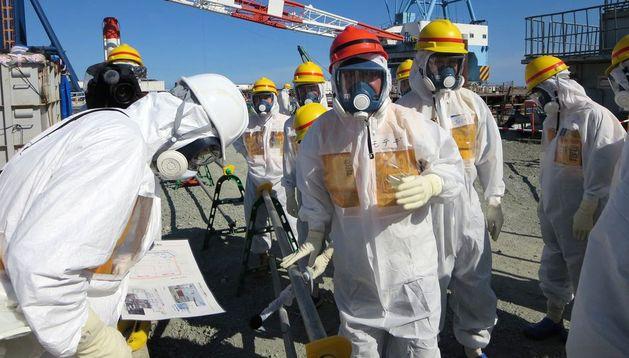 Operarios inspeccionan la planta nuclear en la ciudad de Okuma.