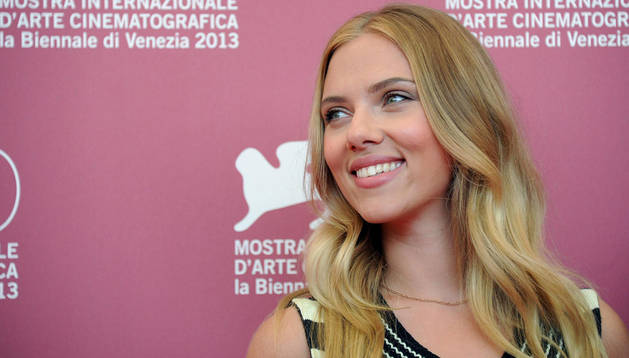 Scarlett Johansson posa para los fotógrafos en el 70º Festival Internacional de Cine de Venecia
