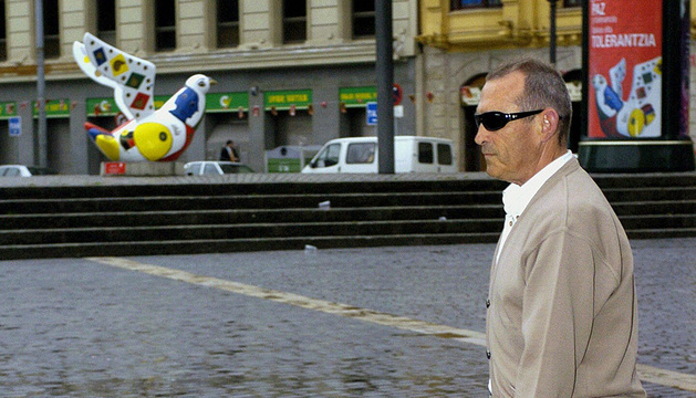 Un invidente, con su perro guía en Bilbao.
