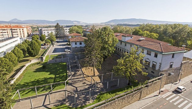 Vista del edificio del viejo Centro San José y sus centros, en el barrio pamplonés de Echavacoiz