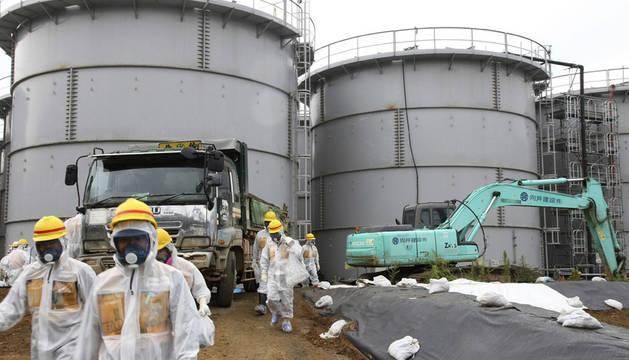 Miembros de la NRA inspeccionan la planta nuclear de Daiichi en Fukushima
