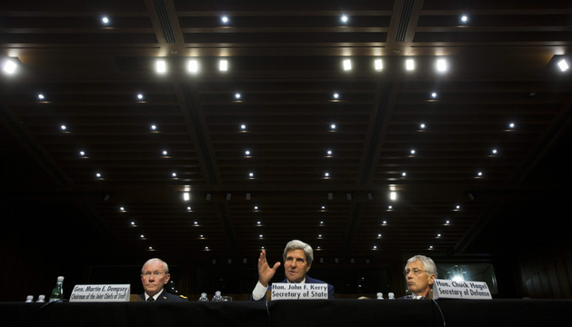 El presidente de asuntos conjuntos el general Martin Dempsey (i), el secretario de Estado de Estados Unidos John Kerry (c) y el secretario de defensa Chuck Hagel (d) hablan ante el Comité de Relaciones Internacionales del Senado.