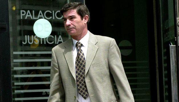 Juan José García sale de declarar del juicio, en 2001.