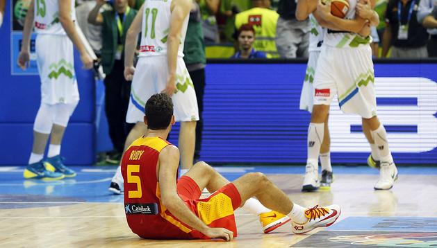Los jugadores de Eslovenia celebran la victoria sobre España tras el partido con Rudy Fernández sobre el parqué