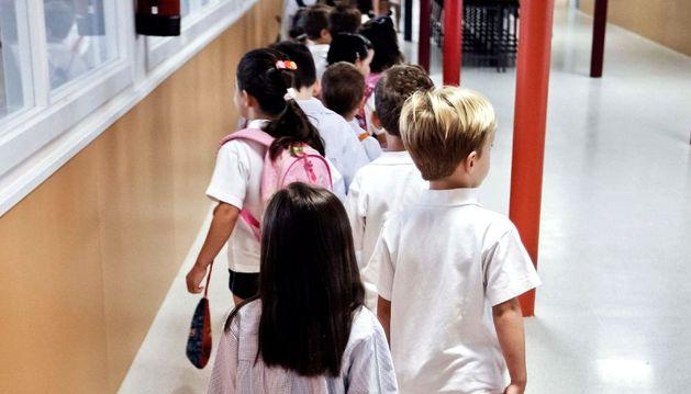 Unos niños en su primer día de colegio.