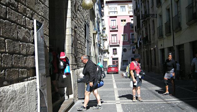 Varios peregrinos entrando en el albergue Jesús y María de Pamplona.