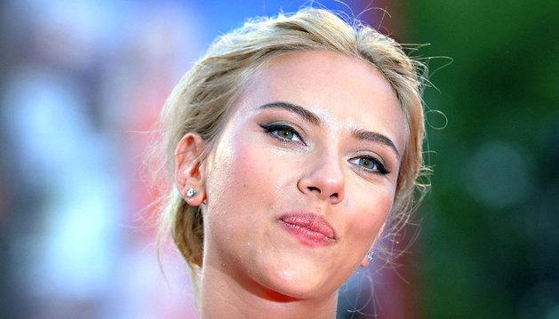 Fotografía de este 3 de septiembre de 2013 de la actriz estadounidense Scarlett Johansson a su llegada al estreno de la película