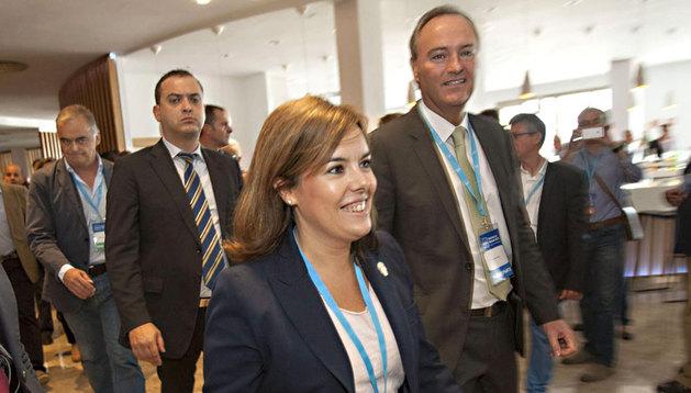 La vicepresidenta del Gobierno, Soraya Sáenz de Santamaría, junto al presidente de la Generalitat valenciana, Alberto Fabra, a su llegada a la inauguración de la Escuela de Verano del PP.