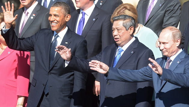 El presidente de Estados Unidos, Barack Obama, y sus homólogos indonesio, Susilo Bambang Yudhoyono, y ruso, Vladímir Putin, saludan durante la foto de familia de los líderes del G20