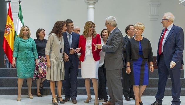 El nuevo Gobierno andaluz presidido por Susana Díaz (c) posa para la foto de familia.
