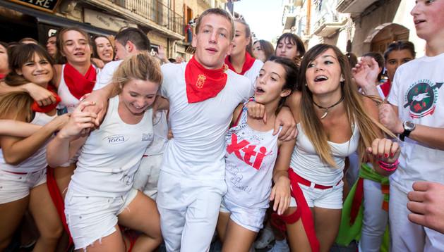Los más jóvenes se hicieron los 'dueños' de la calle Mayor en los momentos posteriores al chupinazo.